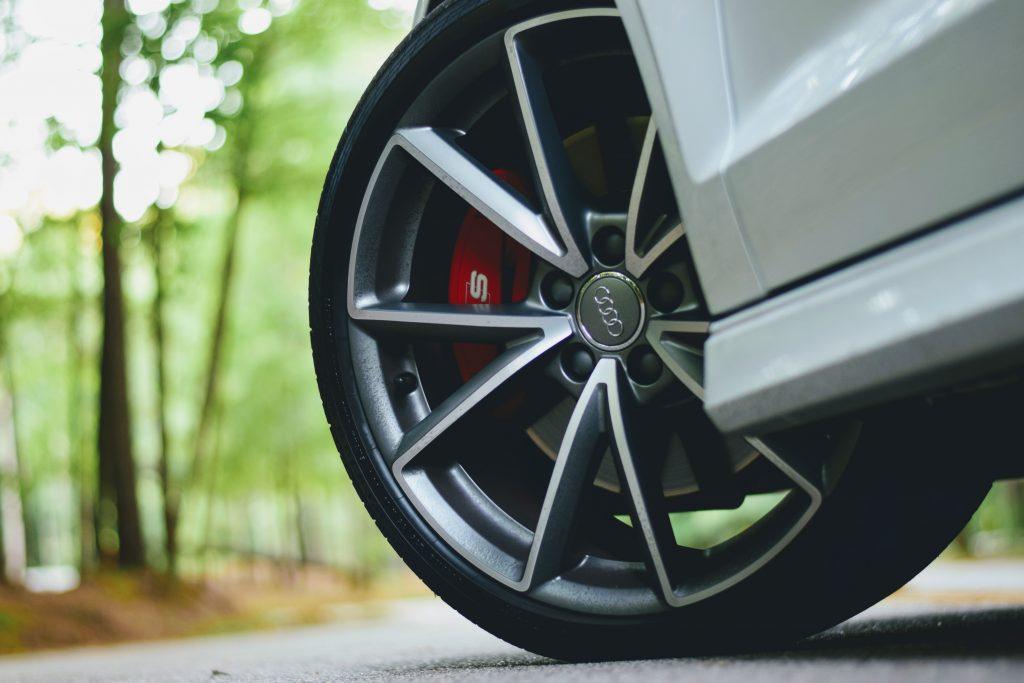 Gros plan sur la roue d'une voiture Audi