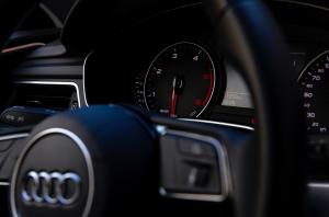 Gros plan sur le cockpit d'une voiture Audi