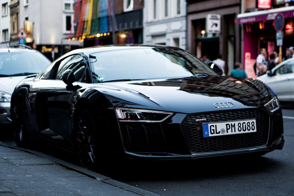 Voiture Audi noire garée en ville